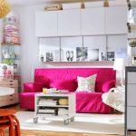 Roze en witte kussens voor een warme roze bank