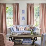 Roze en blauw - een contrasterende combinatie van meubels en textiel in de woonkamer