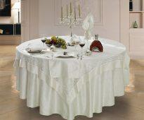 Nappe carrée élégante sur une table ronde