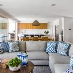 Blauw-blauwe bankkussens voor een gecombineerde woonkamer