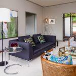 Moderne woonkamer met een klassieke symmetrische opstelling van decoratieve kussens