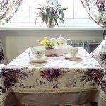 Textiel in de stijl van de Provence: kussens, gordijnen en tafelkleed