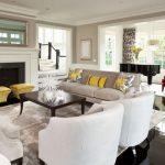 Traditionele woonkamer met kussens in geel