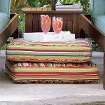 Comfortabele gestreepte zomerkussens op de vloer