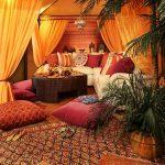 Gezellige, warme kamer in oosterse stijl met kussens om op de grond te zitten