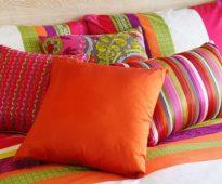 Heldere decoratieve hoofdkussens in het slaapkamerbinnenland