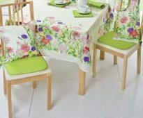מושב כרית ירוק בהיר וכריות פרחוניות מתחת לגב