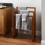 handdoekenrek in het interieur van de badkamer
