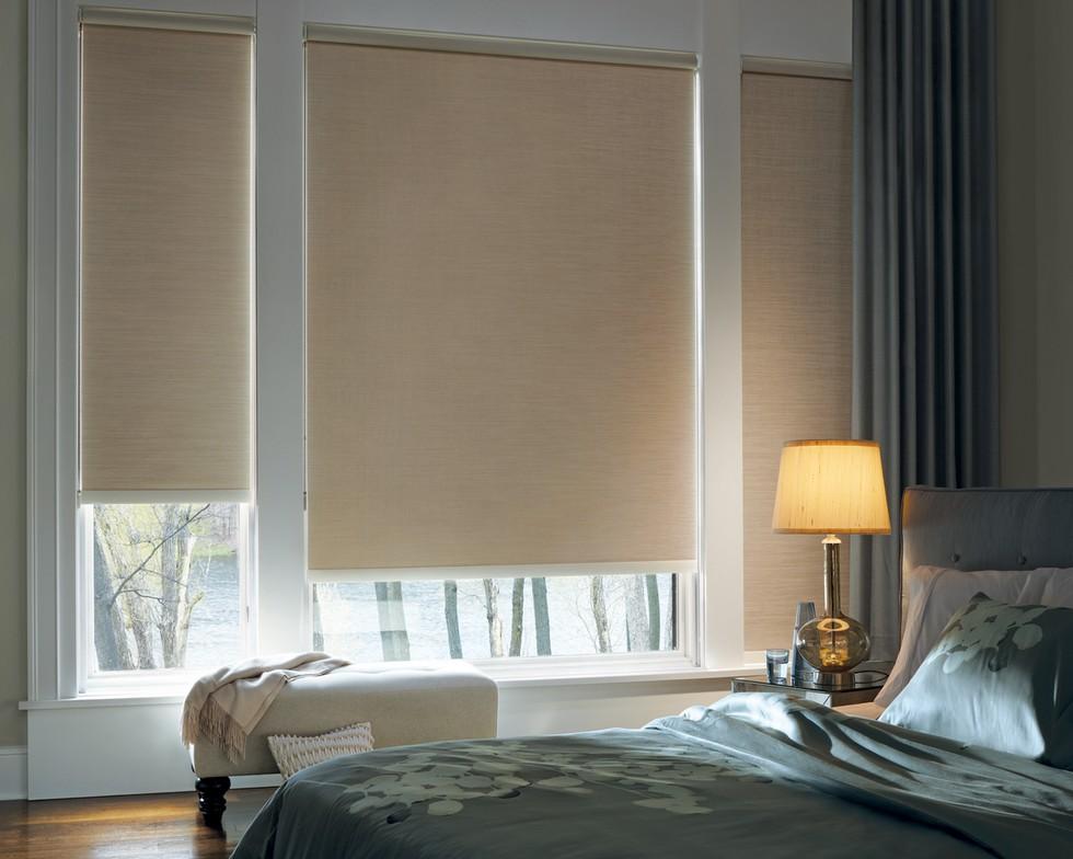Rideaux enroulés en tissu épais aux fenêtres de la chambre