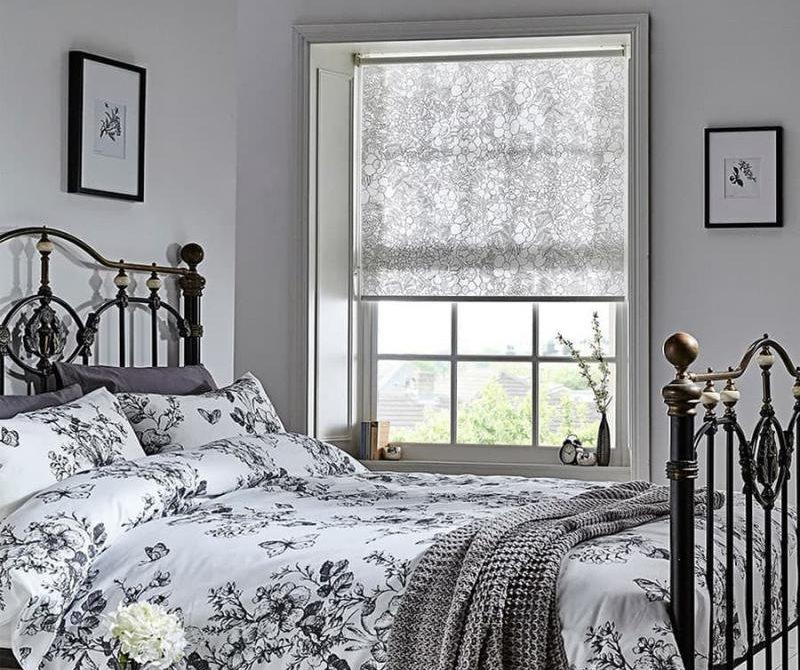 Intérieur de la chambre avec rideau de coton