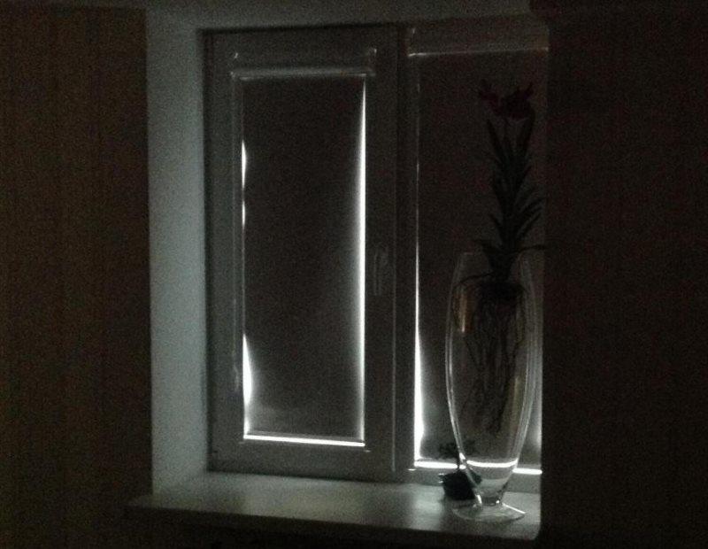 Rideau de lumière sur une fenêtre en plastique