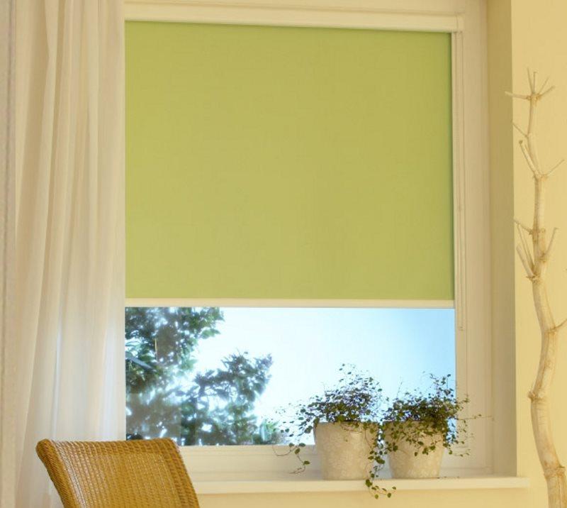 Store enrouleur vert clair avec guides latéraux