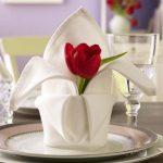 instelling van de tabel met servetten origami