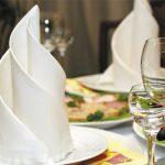tabel met origami servetten fotodecoratie