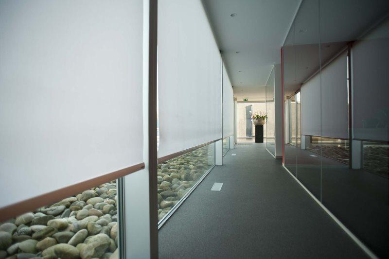 Couloir étroit avec volets roulants sur fenêtres panoramiques