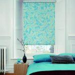 Rideau roulé turquoise avec une impression dans la chambre