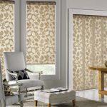 Rideaux beiges avec des ornements sur les fenêtres du salon