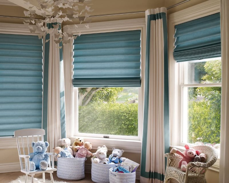 Rideaux romains bleus dans la chambre des enfants