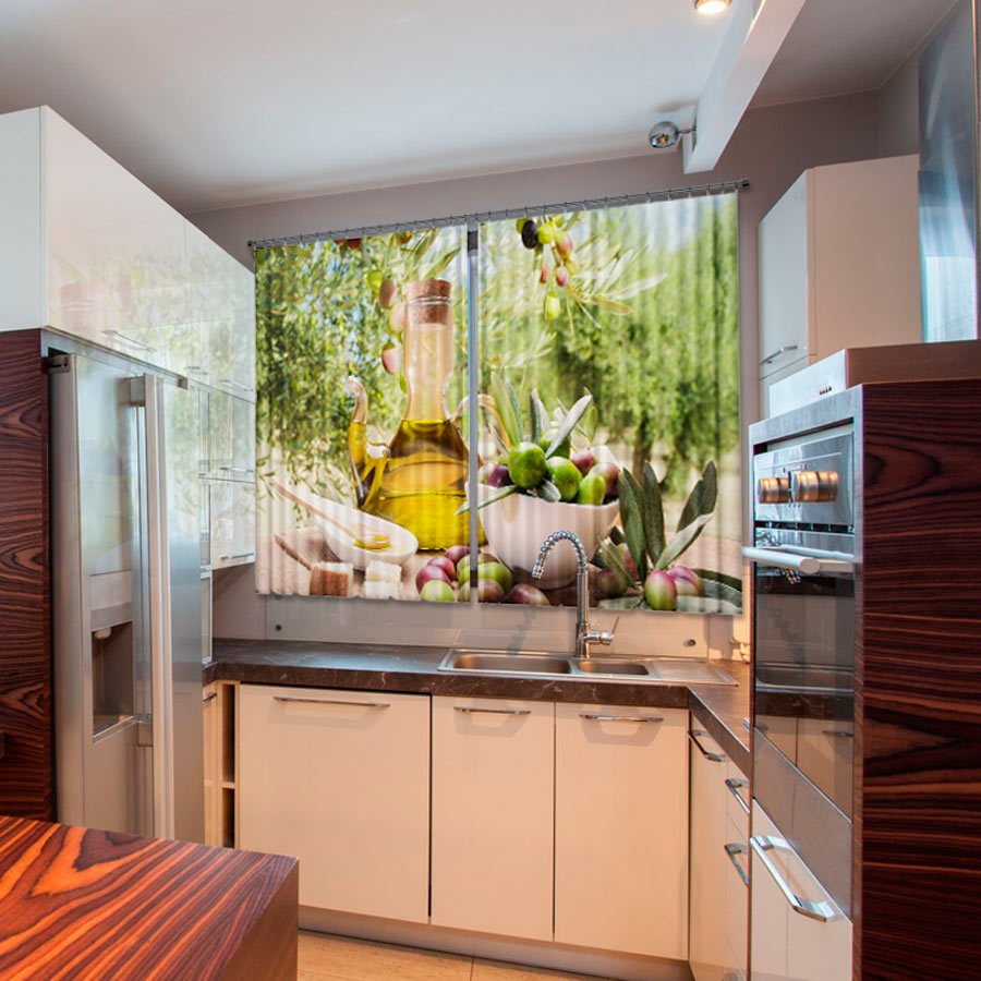 il y a des rideaux dans la cuisine
