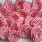 roses de serviettes de table avec leurs propres mains