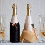 bouteilles et verres de décoration de mariage