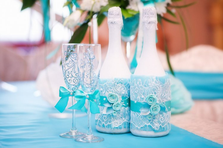 décoration de bouteilles de champagne pour une dentelle de mariage