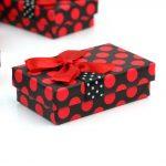décorer des boîtes avec des matériaux de rebut