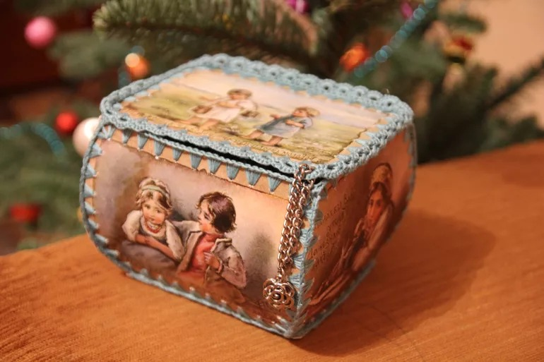 een doos met je eigen handen van de kaarten