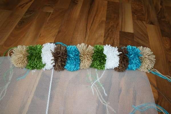 le processus de travail de tapis de pompons