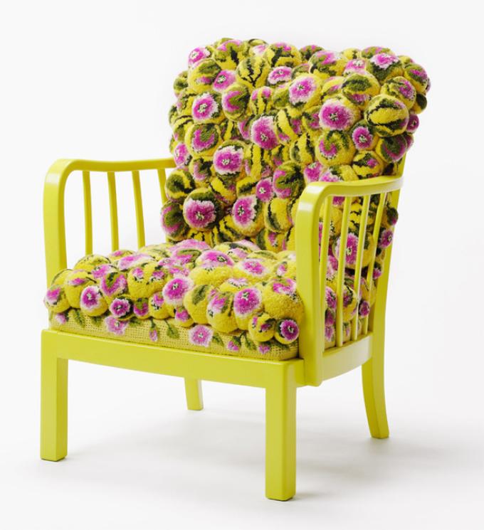 tapis décoratif de pompons pour une chaise