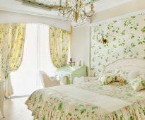 un ensemble de rideaux et de couvre-lits pour des idées de chambre