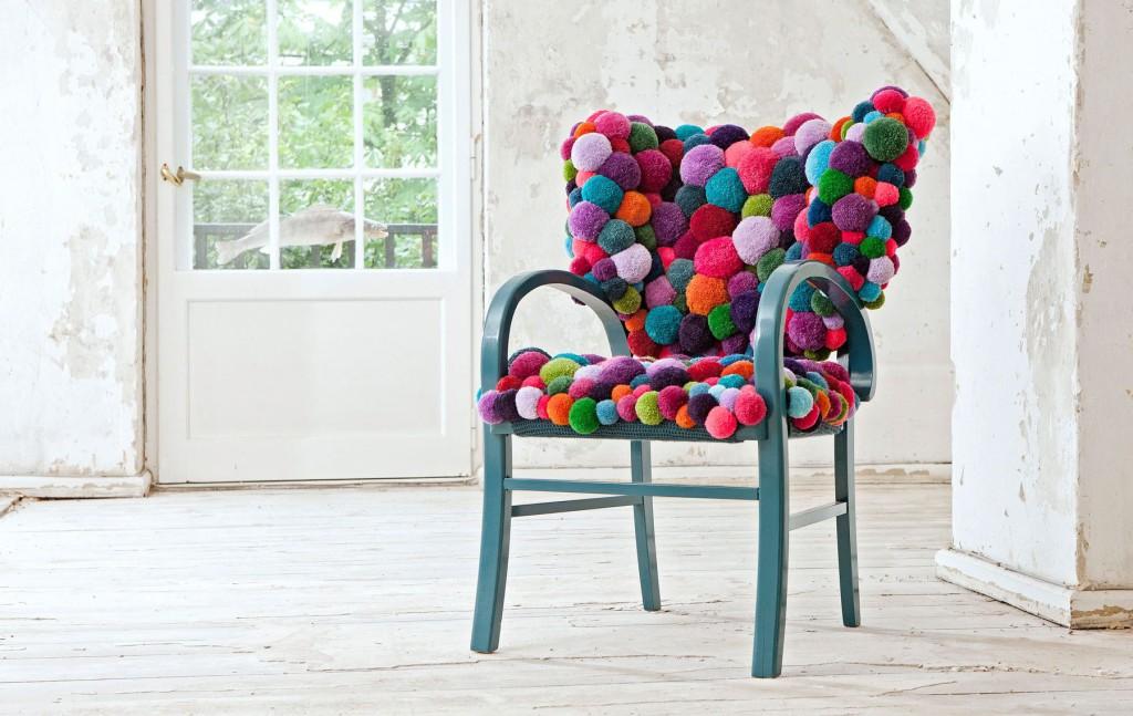 tapis de pompons sur la chaise photo
