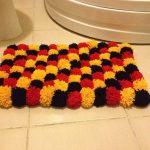 tapis de pompons à la salle de bain