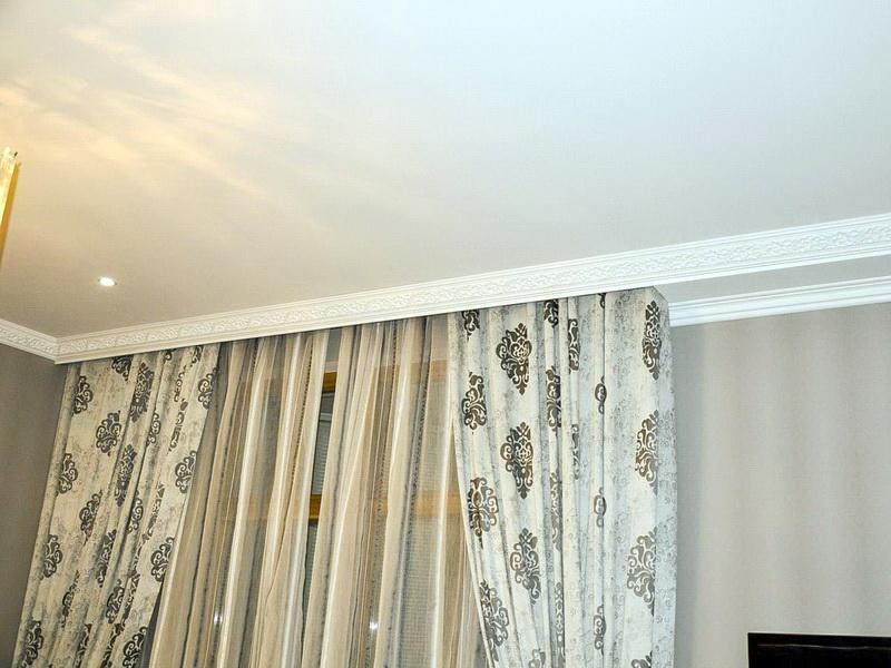 niche pour rideaux dans la conception du plafond tendu