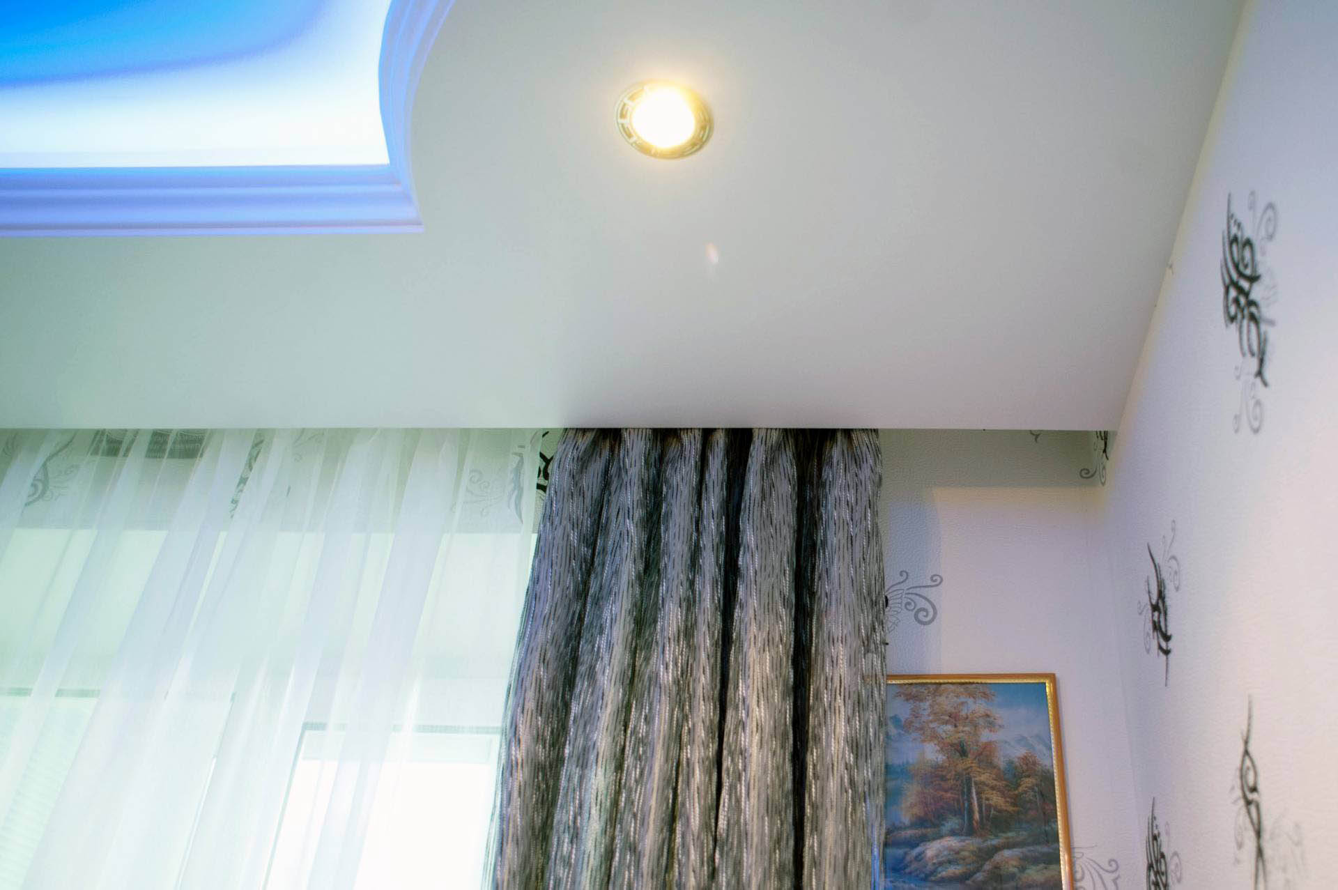 niche pour rideaux à l'intérieur du plafond tendu