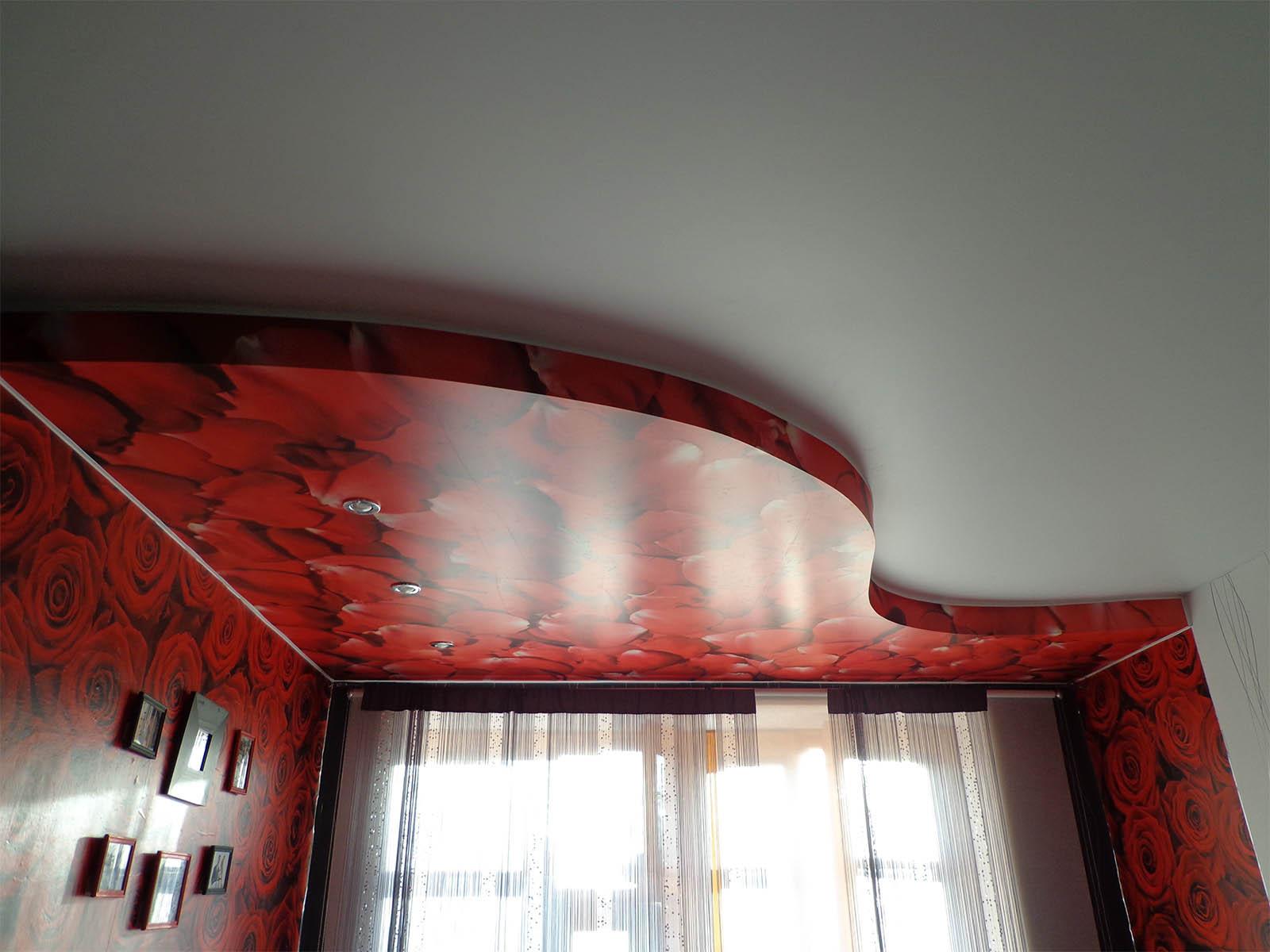 niche pour rideaux dans le plafond tendu avec leurs propres mains