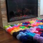 tapis de pompons au coin du feu