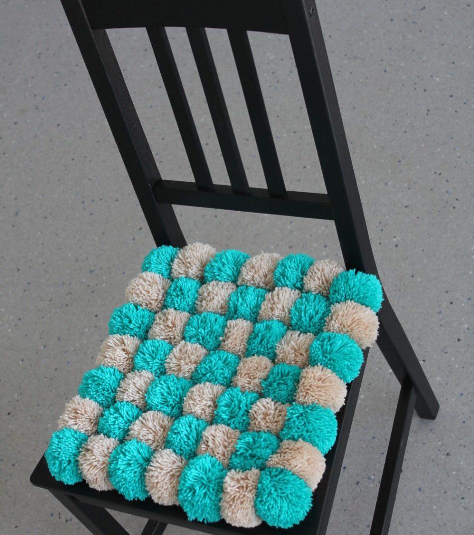 selle de pompons sur la chaise