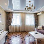 design d'intérieur de plafond suspendu et de rideaux