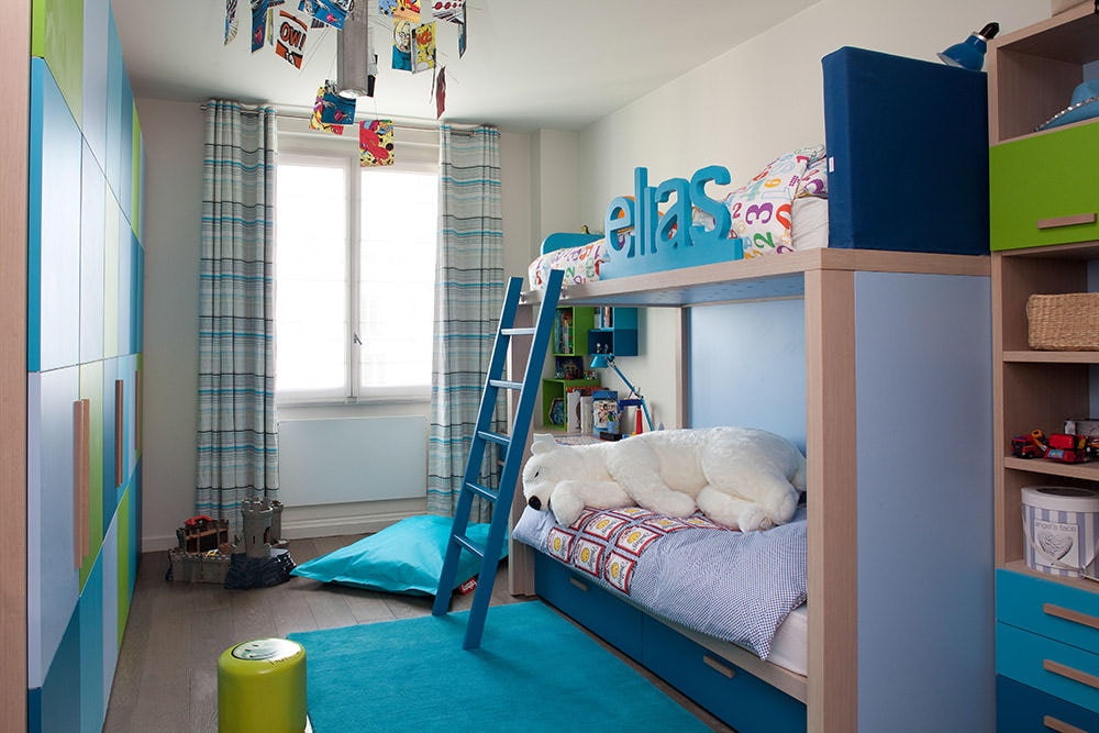 rideaux dans la chambre d'un garçon adolescent