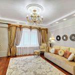 rideaux sur le ruban de rideau dans le hall