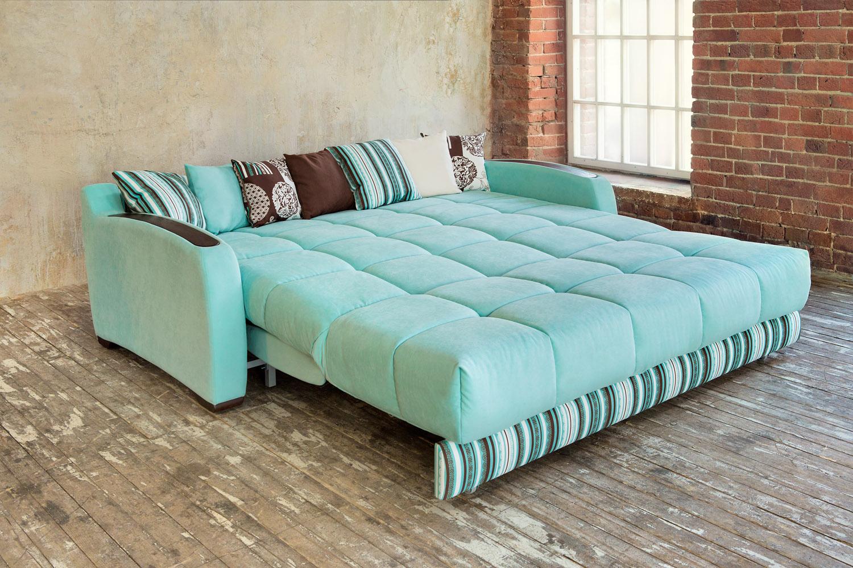 turkoosi sohva sisätiloissa